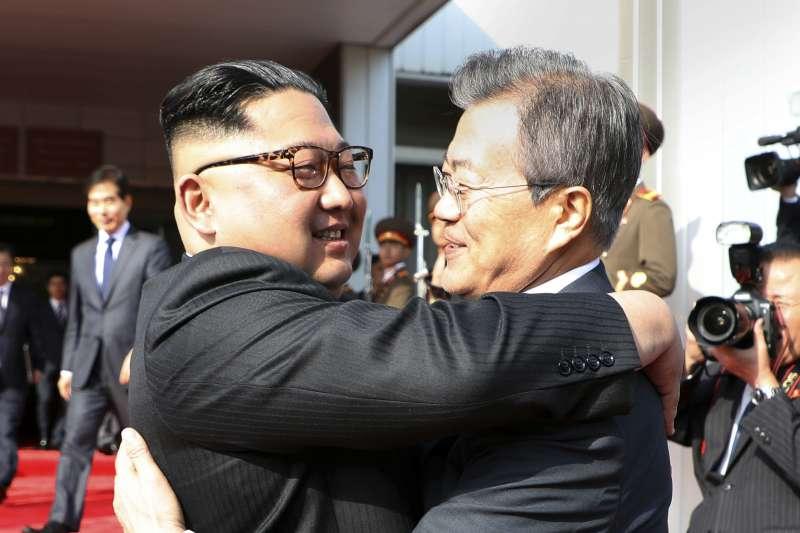 2018年5月26日,北韓領導人金正恩與南韓總統文在寅二度在板門店會面,熱情相擁(AP)