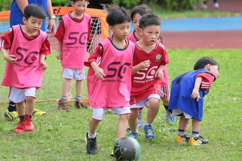 根據教育部統計,國人願花錢參與的十大運動課程中,最新一支新進榜的「潛力股」就是足球。(鍾昆翰教練提供)