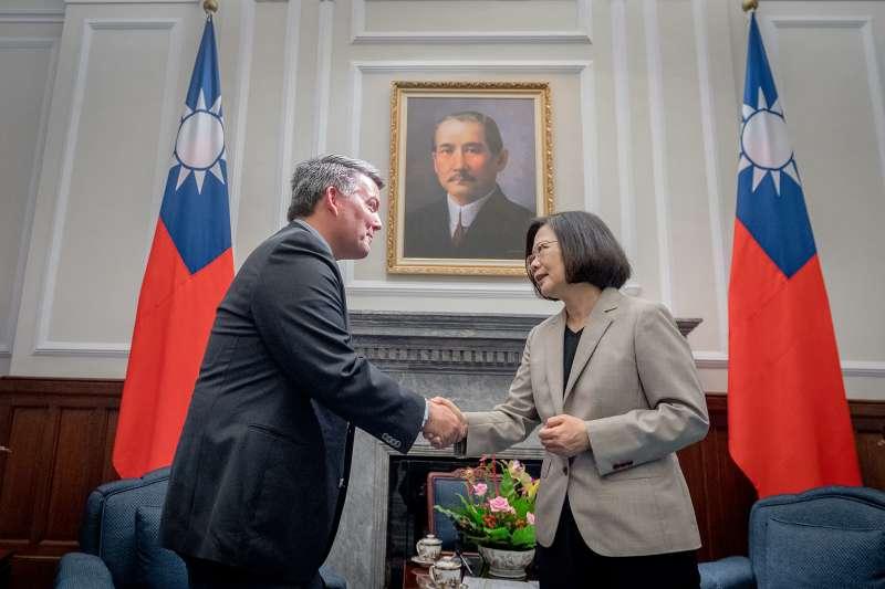 2018年5月26日,總統蔡英文接見美國聯邦參議院外交委員會亞太小組賈德納主席。(取自總統府)