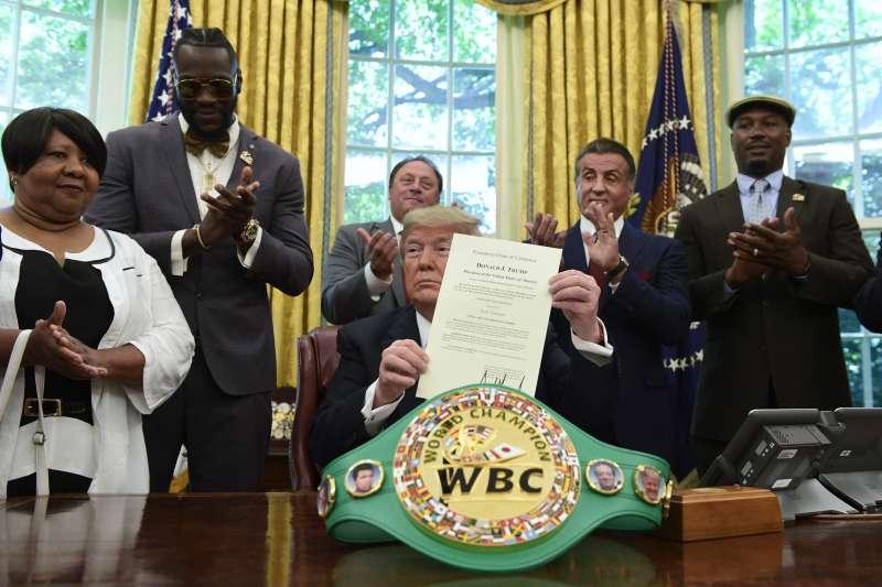 川普宣布特赦拳王傑克強生。(AP)