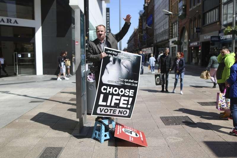 愛爾蘭鬆綁墮胎修憲公投25日登場,反對修憲民眾在街上宣傳。(美聯社)