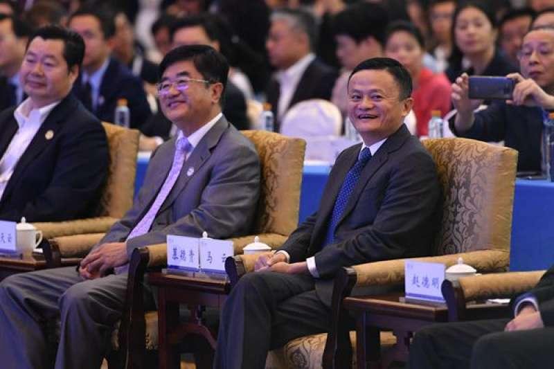 馬雲(右一)出席2018中國國際大數據產業博覽會,他表示,真正要消滅的不是窮人,而是貧困。(數博會提供)