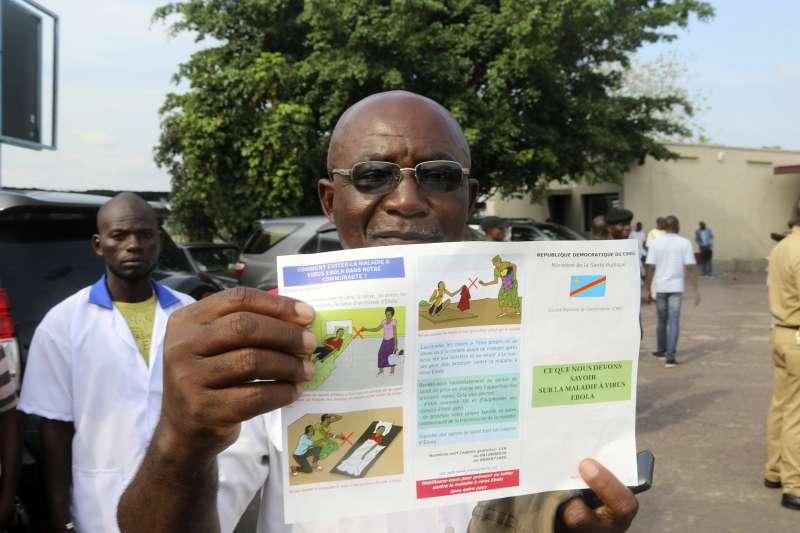 醫療團隊在當地發送宣傳廣告,教導民眾防疫伊波拉。(美聯社)