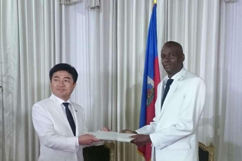我駐海地大使胡正浩2017年6月7日向海地總統摩依士呈遞到任國書(翻攝駐海地大使館官網)
