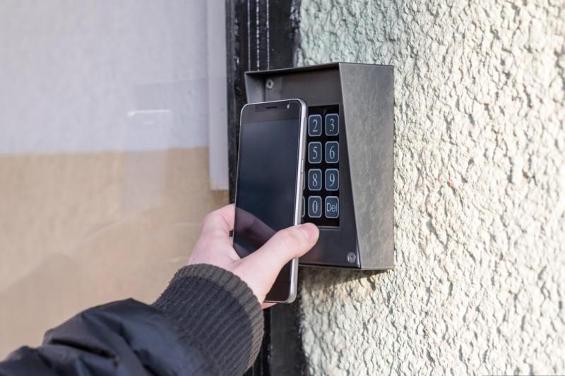蘋果(Apple)據傳在iOS 12中,擴大開放NFC晶片給第三方使用,旅館房卡、家中門禁未來都將有機會用一支iPhone就能搞定。(圖/數位時代提供)