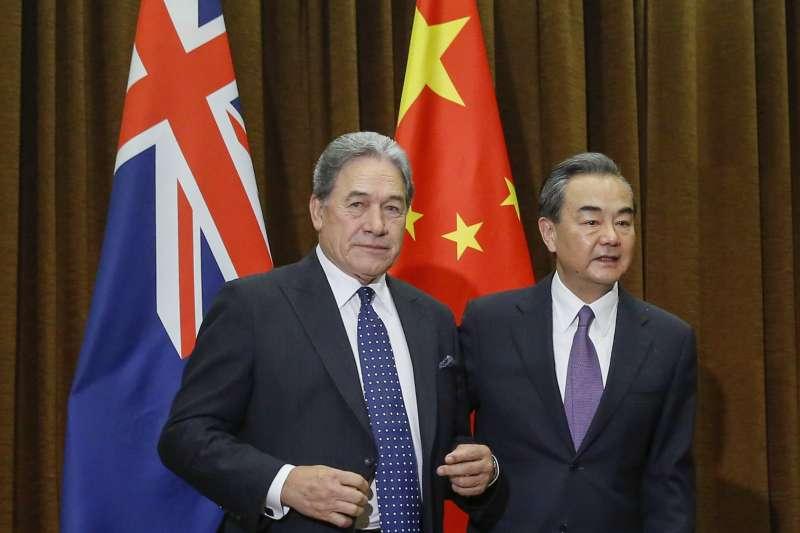 紐西蘭外長彼得斯與中國外長王毅(AP)