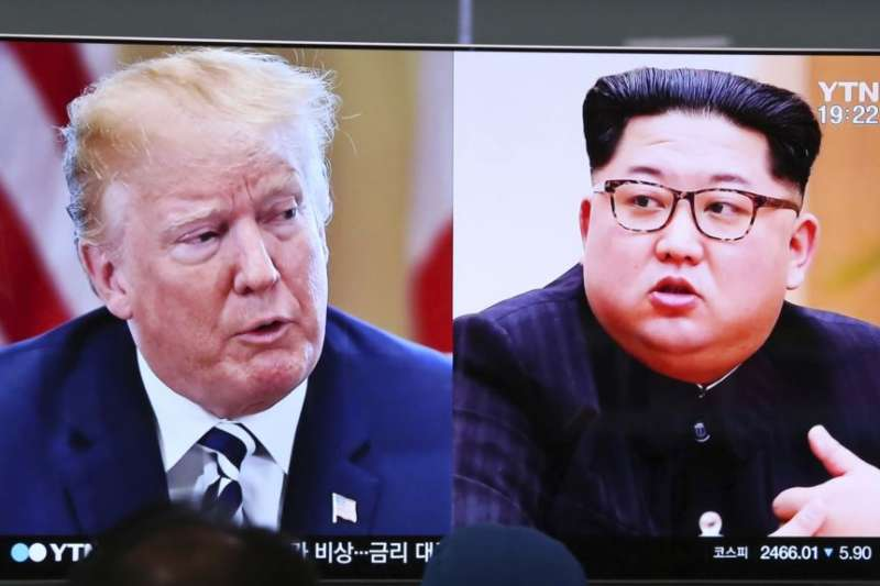 首爾火車站的電視螢幕顯示美國總統川普(左)和北韓領導人金正恩的畫面。(美聯社)