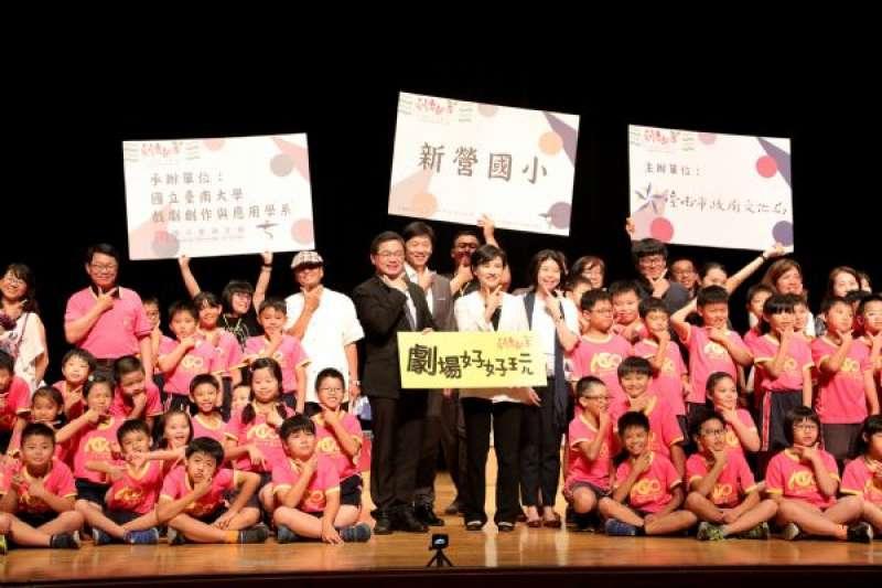 文化部長鄭麗君特別至新營文化中心訪視台南市推動劇場教育成果。(圖/台南市政府提供)
