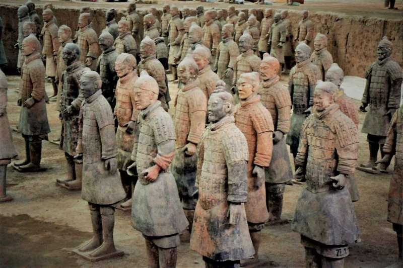 陝西西安臨潼縣的文化專員趙康民接到一個電話,自此成為中國第一個修復出完整兵馬俑的人,為何他卻終生未成名呢?(圖/維基百科)