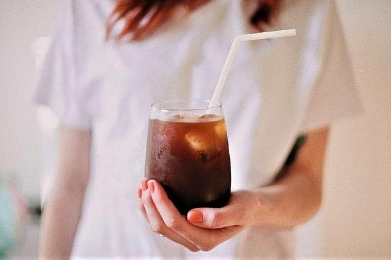 天氣超熱,如果能隨時隨地來杯沁涼咖啡提神有多好!7-11 在美國推出一款能「急速冷凍」的氣泡咖啡,超炫科技讓你不用事先冰好咖啡,也能立刻享用冰凍飲料。(圖/Abi Porter@flickr)