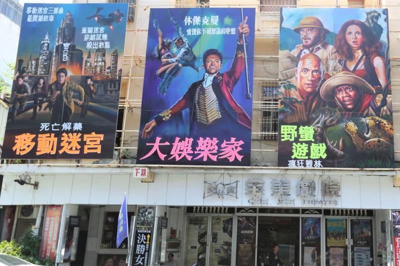 全美戲院因李安一句話受到關注,但關鍵仍是那充滿懷舊迷人氣息的手繪電影看板。(圖/張榮祥攝影,文化+提供)