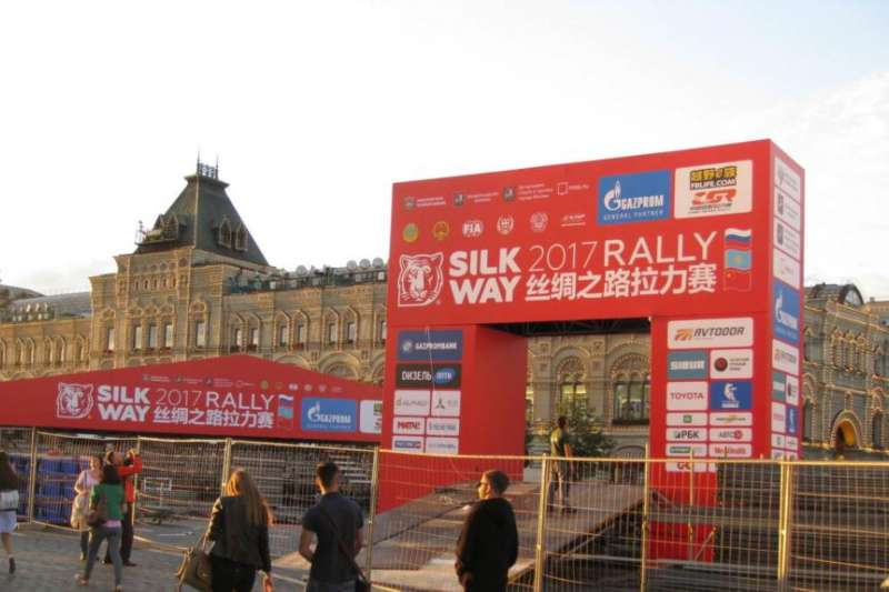中國利用「一帶一路」項目對中亞地區等國擴大影響。2017年7月,工人們正在莫斯科紅場準備從俄羅斯經過中亞到中國的「絲路拉力賽」起跑儀式。(美國之音)