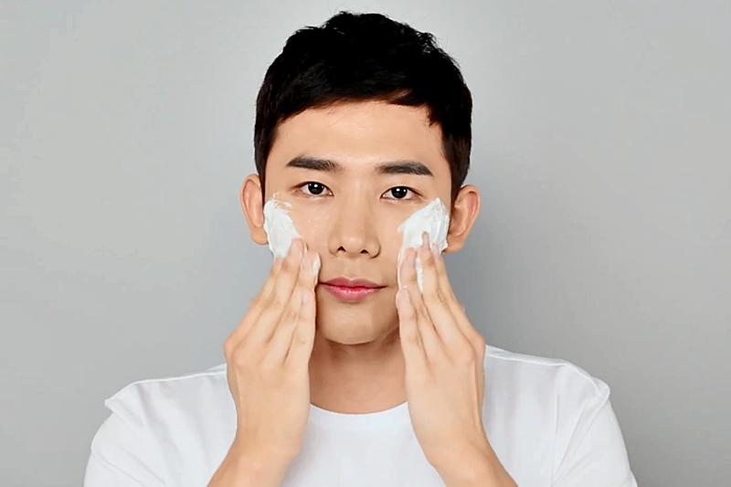 男性洗臉可不是肥皂拿起來猛搓泡泡就好,過度清潔反而讓肌膚更油更缺水!(示意圖/翻攝自youtube)