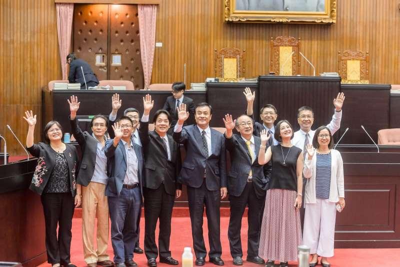 立法院會期結束,行政院長賴清德與立法院長蘇嘉全及民進黨立委們歡呼。(取自蘇嘉全臉書)