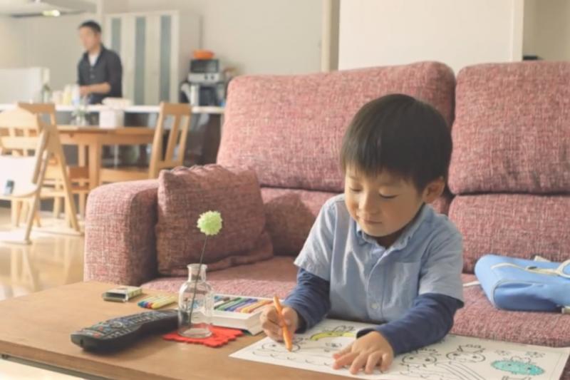 許多傾向讓孩子自學的家長,都有較大的寬容度、對於孩子充滿理解,也對教育有獨立自由的觀點。(圖/取自youtube)