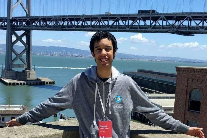 除了念書,17歲的佩雷拉(Ezequiel Pereira)說每天最大的娛樂,就是回家坐在電腦前找漏洞。(圖/Ezequiel Pereira Facebook)