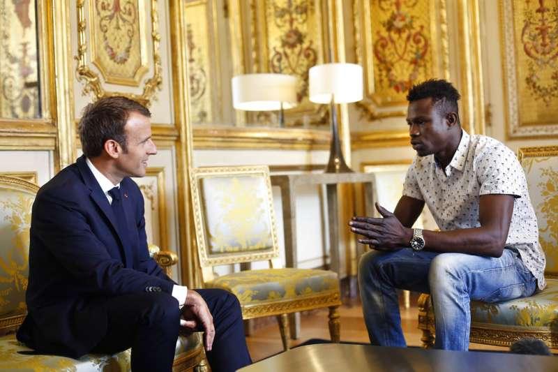 法國總統馬克宏在愛麗榭宮接見葛薩馬。(美聯社)