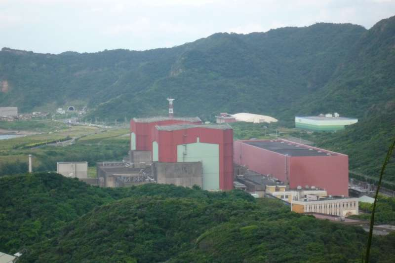 作者認為政府與環團為了避免「養綠」被缺電所影響,默許「以核」進行「養綠」。(取自Ellery@wikipedia/CC BY-SA 3.0)核二廠