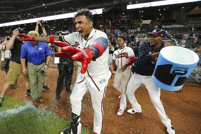 擊出再見全壘打的卡馬戈被隊友淋一桶冰水,興奮地與他們慶祝。(美聯社)