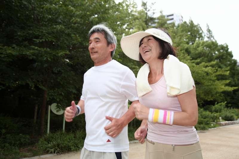 研究證實,老人家即使只是散散步、走走路,沒有達到建議的運動標準,仍然對健康有幫助且能延長壽命。(示意圖/photoAC)