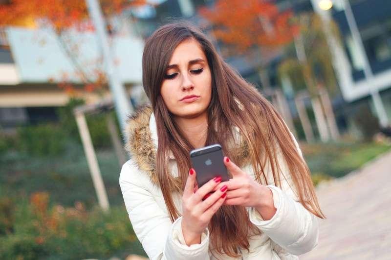 歐洲校園陸續禁用手機,連老師也有所限制。(示意圖/pixabay)