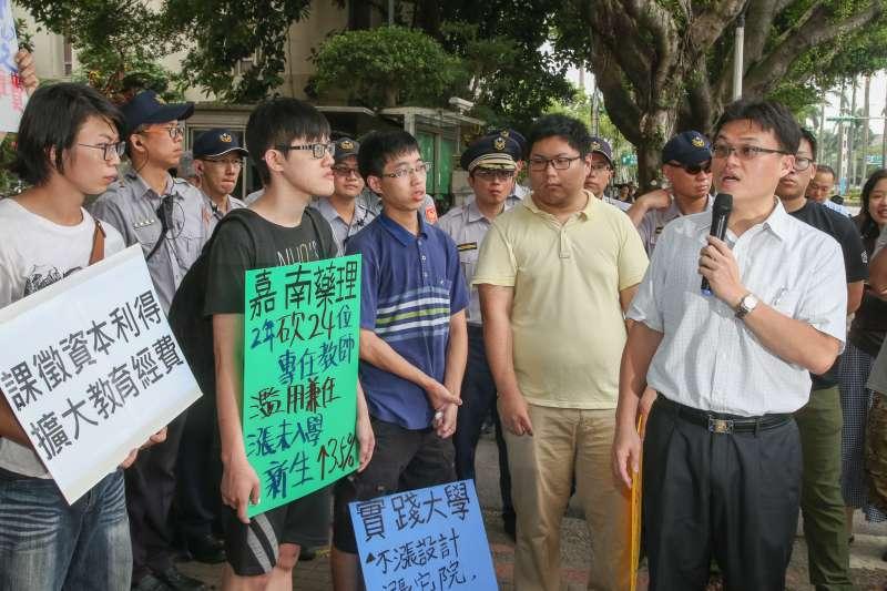 20180531-反教育商品化聯盟的大專同學們,教育部前抗議漲學費活動,並在衝入時與警發生推擠衝突,遭警上束帶,遭放後呼口號。(陳明仁攝)