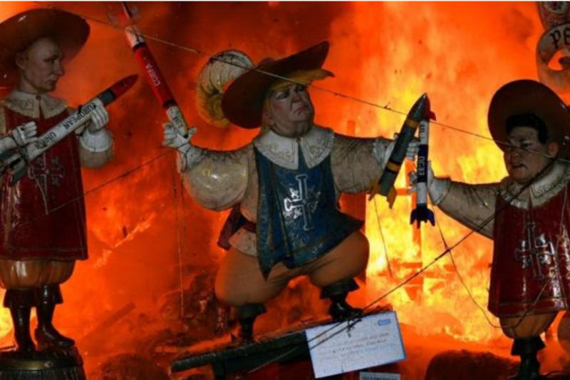 西班牙瓦倫西亞法雅節上的川普木偶(中),左邊是俄羅斯領導人普京,右邊是朝鮮領導人金正恩。 (取自BBC中文網)