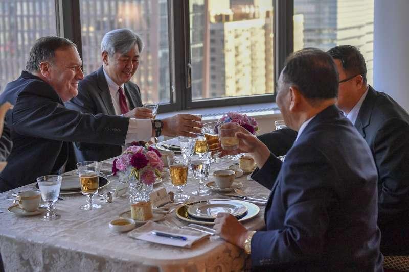 美國國務卿龐畢歐與朝鮮勞動黨中央委員會副主席金英哲在紐約一起用餐。(美國國務院)