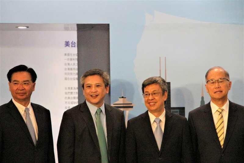 AIT40周年特展:由左而右依序為外交部長吳釗燮、美國在台協會台北辦事處處長梅建華、副總統陳建仁、國安會秘書長李大維(簡恒宇攝)