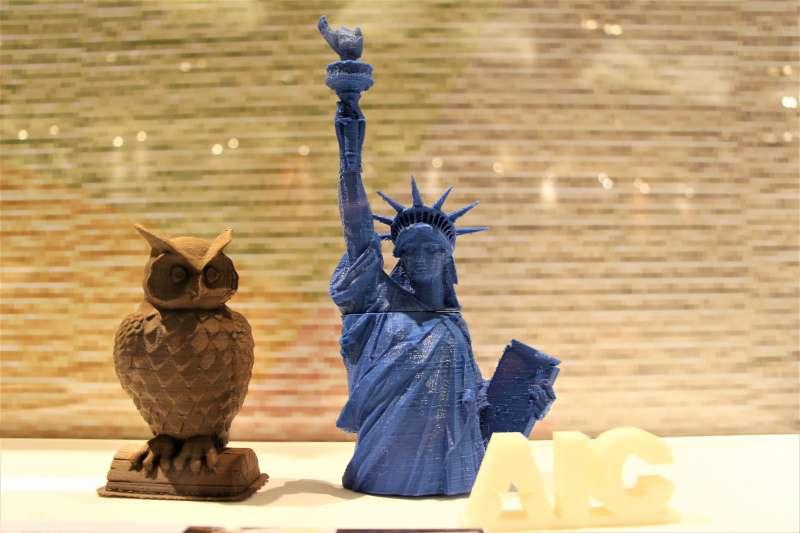 AIT40周年特展:利用3D列印技術創作的自由女神像和貓頭鷹像(簡恒宇攝)