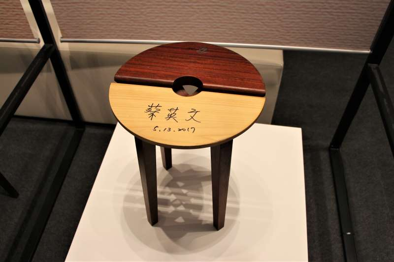 AIT40周年特展:台東公東高工木工科學生作品,上面有總統蔡英文簽名(簡恒宇攝)