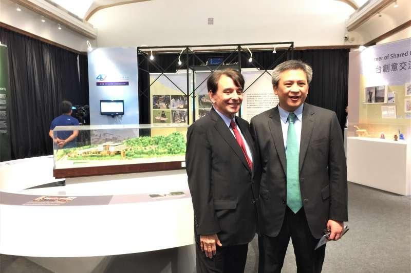 AIT40周年特展:美國在台協會台北辦事處處長梅健華(右)與前處長司徒文在AIT內湖新館模型前合影(簡恒宇攝)