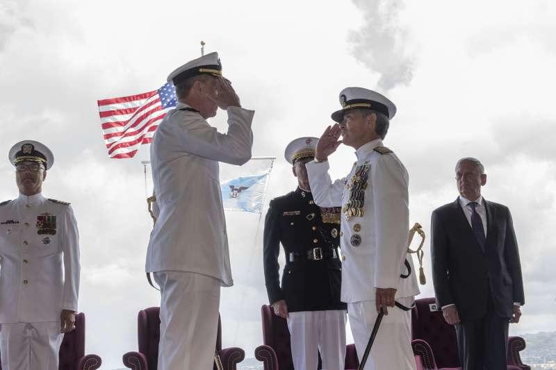 2018年5月30日,美國太平洋司令部更名為「印太司令部」,前任司令哈里斯(右)交棒給新任司令戴維森(U.S. Pacific Command@flickr / CC BY-NC-ND 2.0)