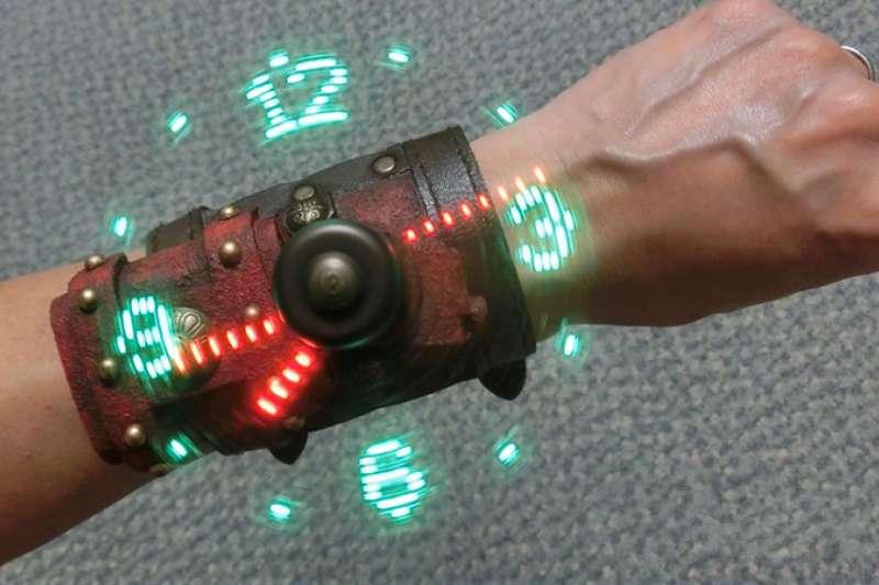 日本手做神人將LED 風扇時鐘大改造,變身超炫手錶,變裝派對戴上它包你成為全場焦點。(圖/取自YouTube)