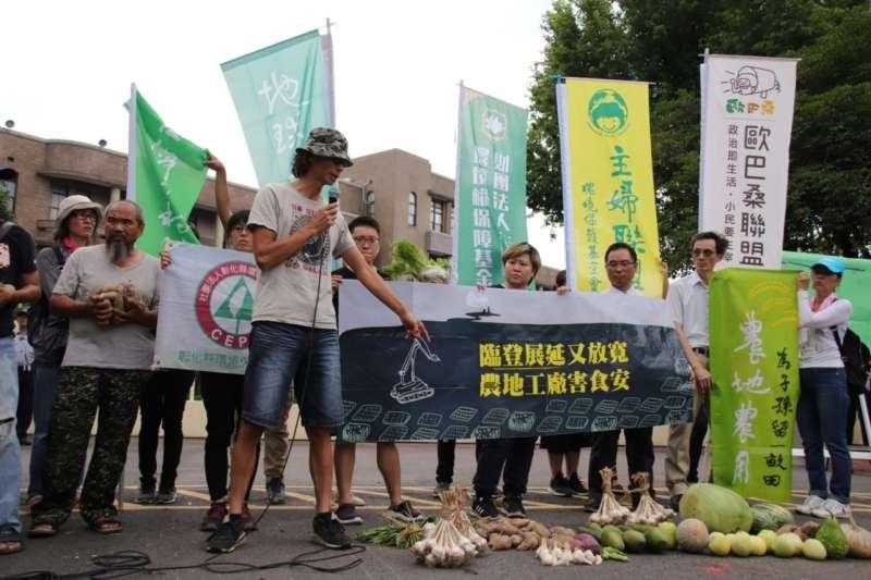 地球公民基金會等30個環保團體反對違章工廠臨時登記證展延,並要求行政院正視嚴重污染農地的問題。(地球公民基金會提供)