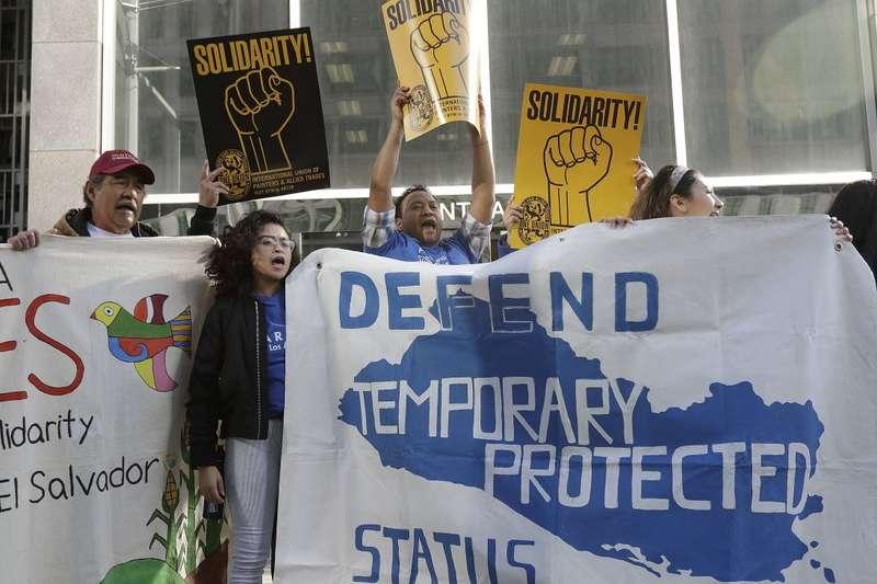川普政府要取消「臨時保護身分」,驅逐30萬來到美國的中美洲民眾,支持臨時保護身分的民眾,3月12日在法院控告川普政府。 (AP)