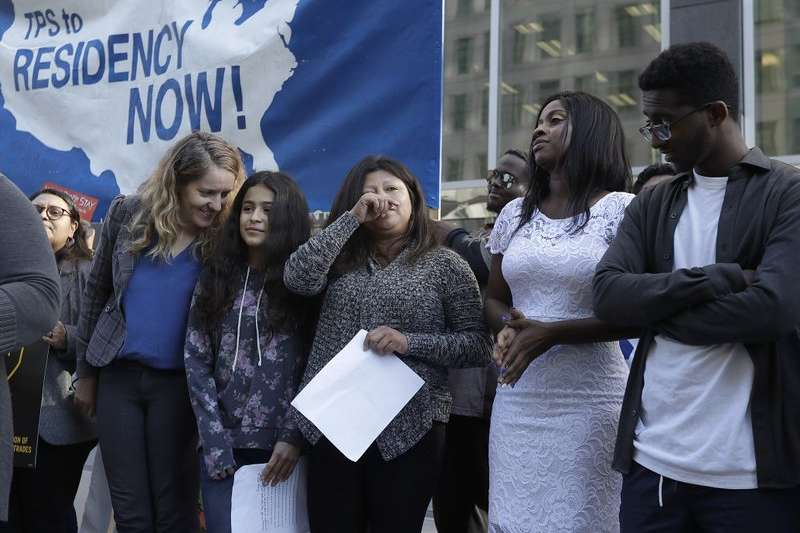 川普揚言取消「臨時保護身分」,驅逐30萬來到美國的中美洲民眾,支持臨時保護身分的民眾,3月12日在法院控告川普政府。 (AP)