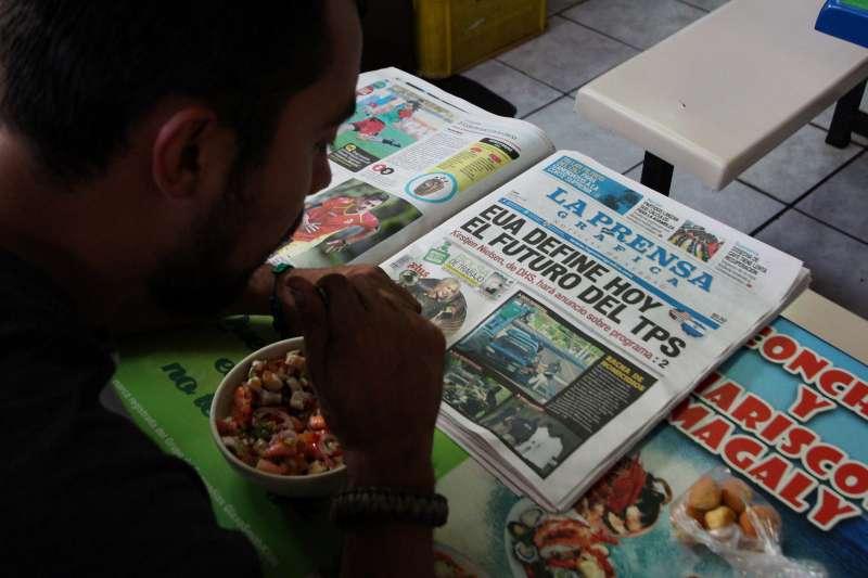 美國今年1月終止薩爾瓦多居民的「臨時保護身分」,圖為今年1月8日,薩爾瓦多報紙報導,美國即將決定薩爾瓦多人「臨時保護身分」的命運。 (AP)