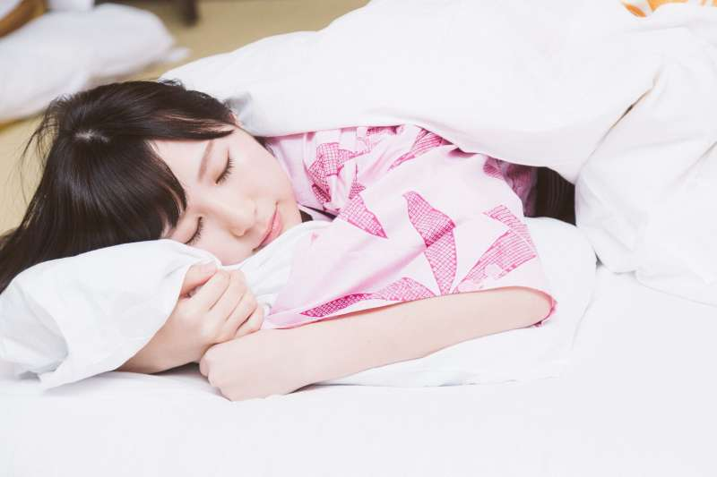 睡眠不足恐怕會變胖?(示意圖非本人/pakutaso)