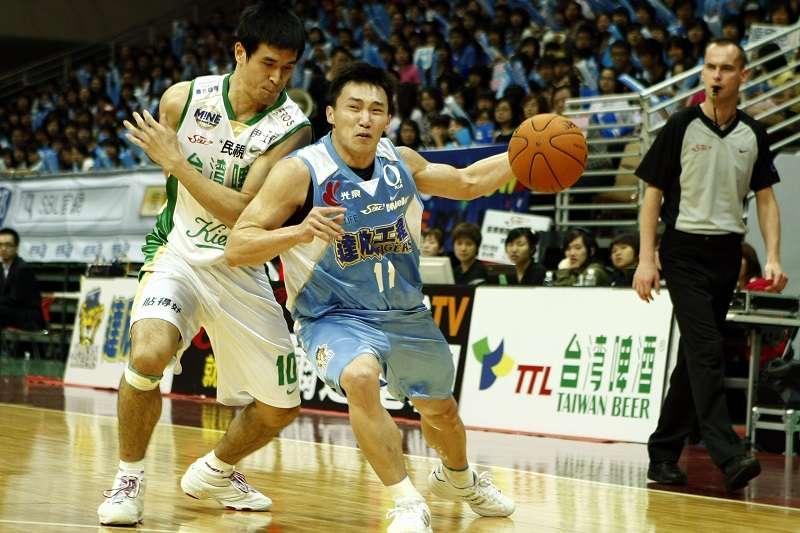 達欣老將張智峰(右)日前宣布退役,將轉任達欣助理教練。 (截圖自痞客幫)
