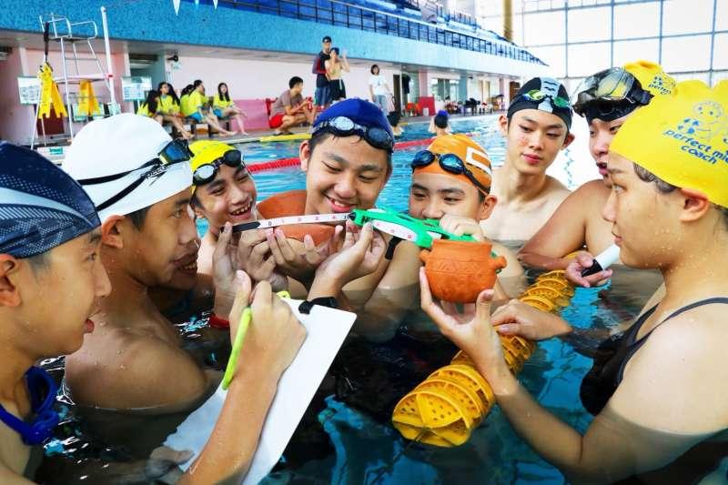 十三行博物館舉辦「揭開考古奧秘-青年考古營」,由專業考古師資帶領學員在安全無虞的游泳池中,體驗水下考古工作。(圖/十三行博物館提供)