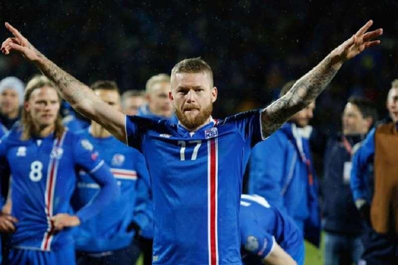 冰島隊長古納爾森司職中場,每每賽後帶領球隊與球迷高呼「維京獅吼」的場面仍然歷歷在目。(美聯社)