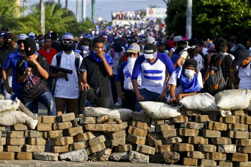 尼加拉瓜抗議,民眾設路障。AP