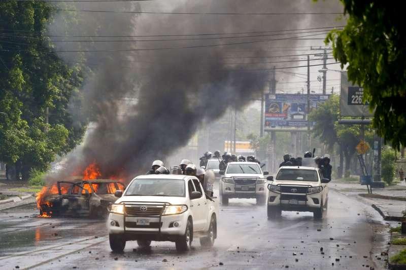 尼加拉瓜警方上街鎮壓動亂。AP