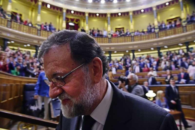 西班牙眾議院1日不信任案投票結束後,拉霍伊確定下台(美聯社)