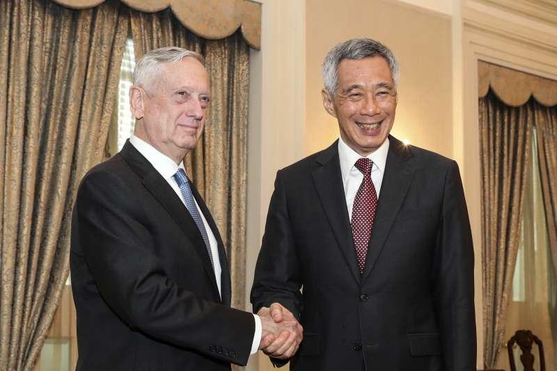 美國國防部長馬提斯參加香格里拉對話,與新加坡總理李顯龍會面。(美聯社)