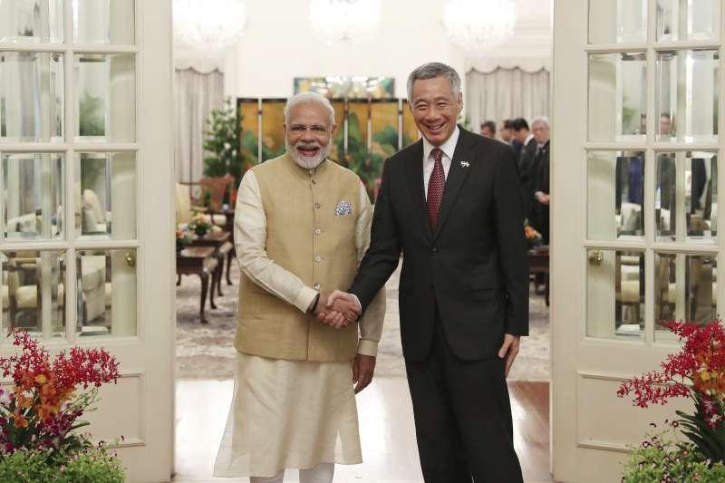印度總理莫迪受邀在香格里拉對話上發表演說,會前他與新加坡總理李顯龍會面。(美聯社)