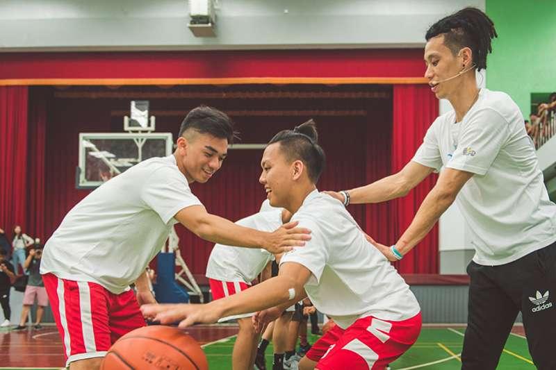 林書豪也特地和寶島夢想家球隊合作,和學生球員進行籃球對抗互動,本季初所受的傷已無大礙,等待復健增強肌力。(圖/創異國際行銷)