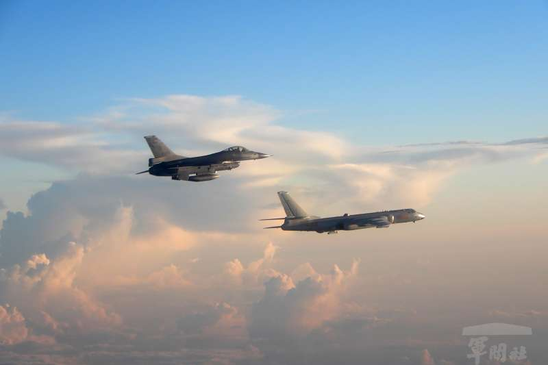 共軍殲11和轟6等軍機,9號上午繞行巴士海峽、西太平洋和宮古海峽,執行遠海長航訓練,我空軍F-16(圖上)也掛彈火速升空監控伴飛。(示意圖,國防部)