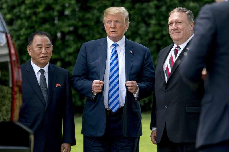 2018年6月1日,美國總統川普在白宮接見北韓特使金英哲,右為國務卿龐畢歐(AP)